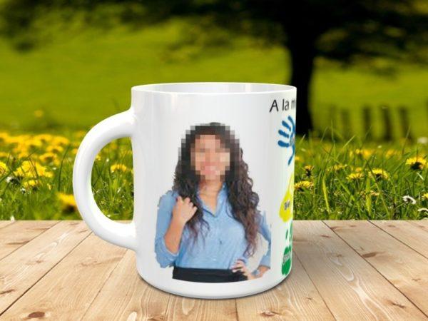 Taza personalizada para maestra con nombres en las maños