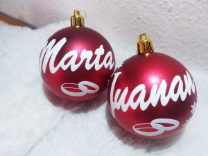 marta juanan anillos bolas rojas 300x225 - Bola de navidad personalizada con caja