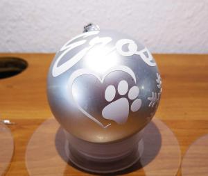 dibujo huella perro 300x253 - Bola de navidad personalizada con caja